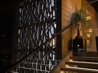 Acceso de Noche: Escaleras de estilo  por MEHOMEDECOR