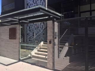 Aceso Principal Dumas 323: Escaleras de estilo  por MEHOMEDECOR