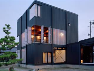 波板の家: 山下大輔建築設計事務所が手掛けた一戸建て住宅です。,