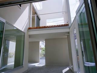 神楽坂の住宅: 山下大輔建築設計事務所が手掛けたサンルームです。,