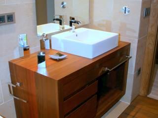 Muebles para baños vivienda unifamiliar.:  de estilo  de Adrados taller de ebanistería