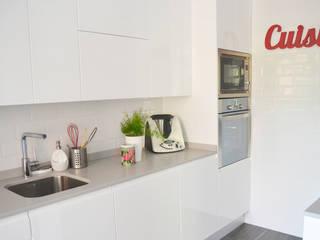 Reforma de cocina y baño en vivienda: Cocinas de estilo  de Dimeic