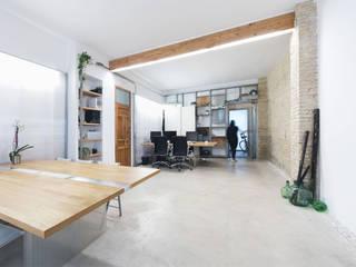 Eseiesa Arquitectos Mediterranean style study/office Wood effect