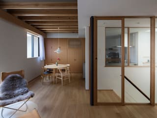 土間と縦庭の家: TRANSTYLE architectsが手掛けたリビングです。