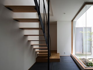 土間と縦庭の家: TRANSTYLE architectsが手掛けた廊下 & 玄関です。