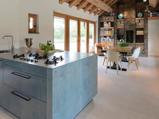Signature keuken ontwerp met 3 Michelinsterren voor landhuis regio Utrecht:  Keuken door EMYKO | Residential Interior Design, Modern