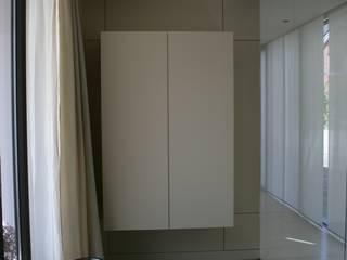 Pasillos, vestíbulos y escaleras de estilo moderno de Tischlerei Hegering Moderno
