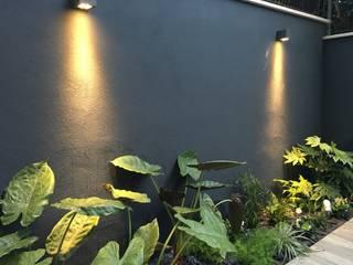 Forti contrasti Giardino moderno di Au dehors Studio. Architettura del Paesaggio Moderno