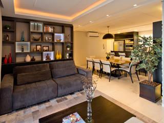 Conforto e aconchego para receber uma família com duas crianças: Salas de estar  por +2 Arquitetura,