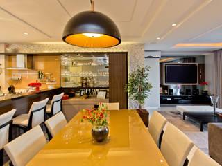 Conforto e aconchego para receber uma família com duas crianças: Salas de jantar  por +2 Arquitetura,