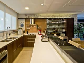 Conforto e aconchego para receber uma família com duas crianças: Cozinhas  por +2 Arquitetura,