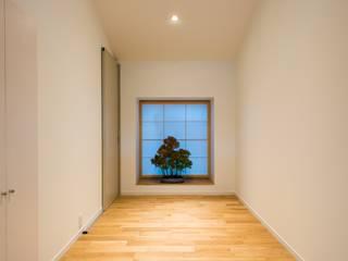 築60年の店舗併用住宅を二世帯住宅に。 モダンスタイルの 玄関&廊下&階段 の SWAY DESIGN モダン