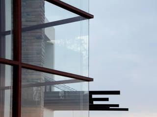 NEXATENGO 62 Puertas y ventanas modernas de Praxis Arquitectura Moderno