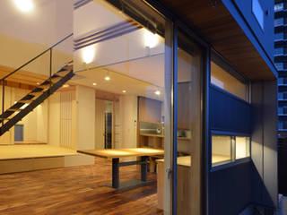しろがねの家 モダンデザインの リビング の トミオカアーキテクトオフィス モダン
