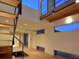 BRIDGE HOUSE モダンデザインの リビング の トミオカアーキテクトオフィス モダン