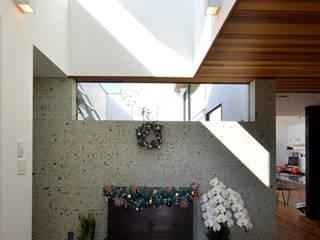 ロ字の家 モダンスタイルの 玄関&廊下&階段 の トミオカアーキテクトオフィス モダン