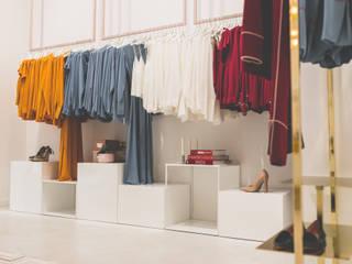 Diseño de mobiliario a medida: Espacios comerciales de estilo  de Dimeic