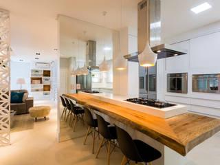 RESIDENCIAL 11: Armários e bancadas de cozinha  por Apê 102 Arquitetura,Moderno MDF