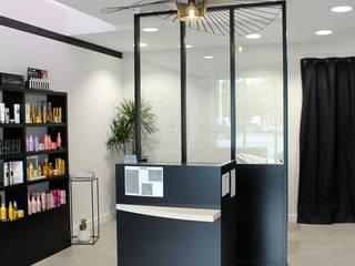 salon de coiffure blanc et noir: Locaux commerciaux & Magasins de style  par Backhome