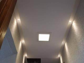 Gesso e iluminação residencial Claudia Fonseca Designer de Interiores Parede e pavimentoCores e acabamentos
