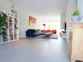 Betonlook Gietvloer in Moderne Woning:  Woonkamer door Motion Gietvloeren, Modern