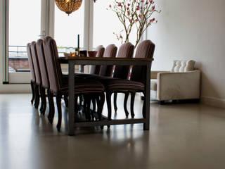 Zandkleurige PU-Mix Gietvloer in Moderne Woning:  Vloeren door Motion Gietvloeren, Industrieel