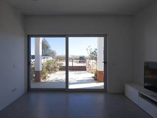MB House: Salas de estar minimalistas por Contexto ®