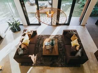 Living Innovations Design Unlimited, Inc. Livings de estilo tropical