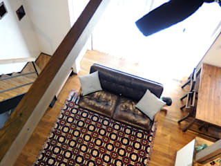 アメリカンヴィンテージスタイルの家 インダストリアルデザインの リビング の クローバーハウス インダストリアル