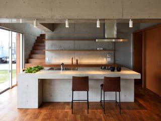 1階 コンクリートキッチン モダンな キッチン の プラソ建築設計事務所 モダン
