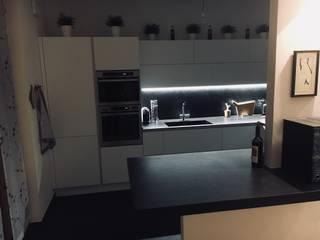 cucina bianco e nero di cARTE di Andrea Giannozzi Moderno