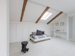La mansarda: Camera da letto in stile  di Paola Maré Interior Designer