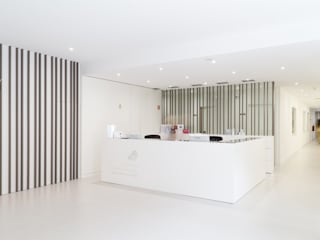CLÍNICA PORTO Corredores, halls e escadas minimalistas por Enponto Minimalista