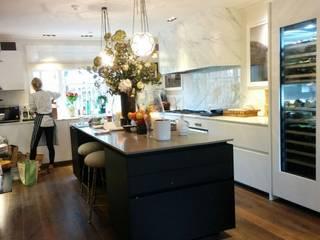St Jhon's Wood: Cocinas de estilo  de KT interiors