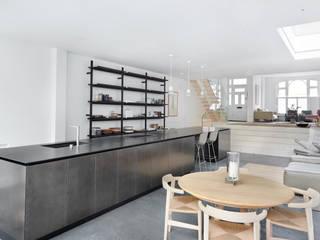 Parson Green: Cocinas de estilo  de KT interiors