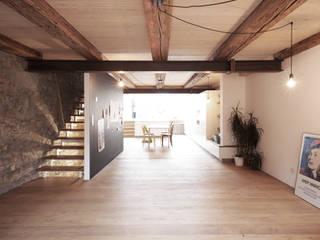 Deckmalgeschütztes Wohnhaus: moderne Wohnzimmer von KGRUPPE