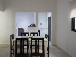 Casa en ph de 2 patios: Livings de estilo moderno por MINUÉ Arquitectura