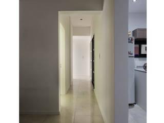 Casa en ph de 2 patios: Pasillos y recibidores de estilo  por MINUÉ Arquitectura