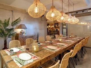 LA BERNARDA: Bares y Clubs de estilo  de MisterWils - Importadores de Mobiliario y departamento de Proyectos., Tropical