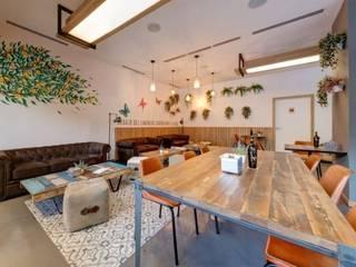 GRUPO HERMANOS SAN MARTIN: Bares y Clubs de estilo  de MisterWils - Importadores de Mobiliario y departamento de Proyectos., Moderno