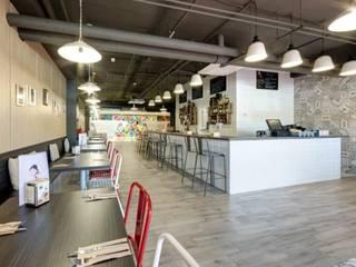 MOKA CAFE: Bares y Clubs de estilo  de MisterWils - Importadores de Mobiliario y departamento de Proyectos., Clásico