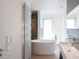Badgestaltung mit Wanne als zentrales Raumelement Axel Fröhlich GmbH Moderne Badezimmer
