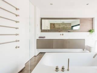 Bad mit Wanne und Raumdusche Axel Fröhlich GmbH Moderne Badezimmer