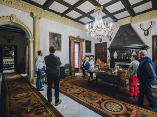 Palacio Virrey Laserna: Salones de estilo  de MALBArquitectos