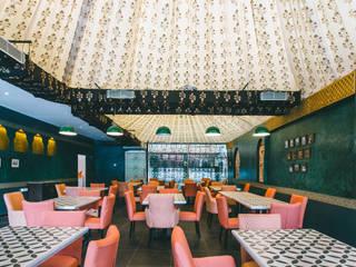 Bars & clubs by Saloni Narayankar Interiors,