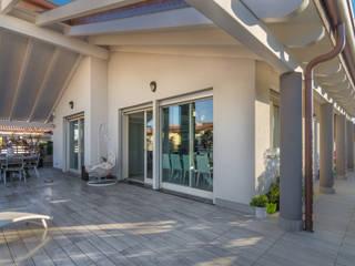Terrazzo: Terrazza in stile  di ZEROPXL | Fotografia di interni e immobili