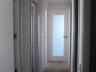 Reformar mi piso y hacerlo más luminoso: Pasillos y vestíbulos de estilo  de Almudena Madrid Interiorismo, diseño y decoración de interiores, Moderno