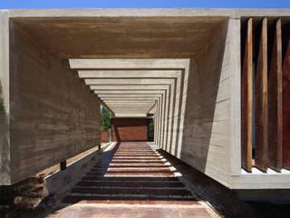 Minimalistyczny korytarz, przedpokój i schody od Besonías Almeida arquitectos Minimalistyczny