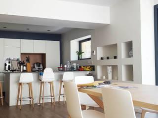 Maison à Landouge: Cuisine intégrée de style  par Jean-Paul Magy architecte d'intérieur