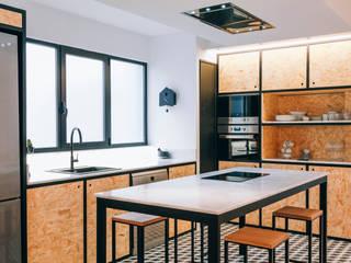 Reforma integral de vivienda en Elche: Cocinas integrales de estilo  de Oslätt ,